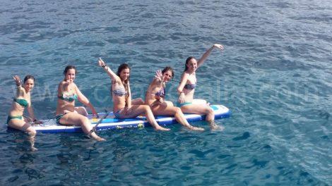 cinq personnes sur un paddle surf a cala conta