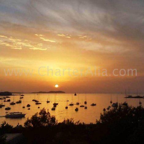 coucher de soleil depuis café mambo et café del mar bateau en location à ibiza charteralia catamaran