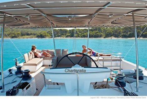 Le pont supérieur est couvert avec un coin canapé qui vous offre la plus belle vue du bateau. Profitez également de notre solarium équipé de bain de soleil pour vous détendre tout en admirant la vue.