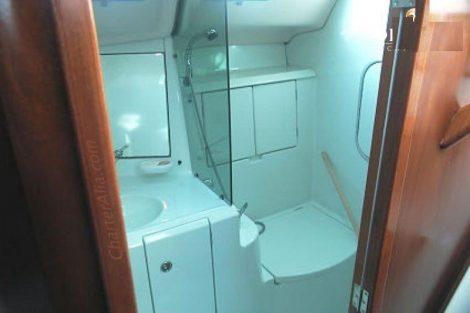 Salle de bain du voilier oceanis en location avec capitaine sur les iles d'ibiza et de formentera