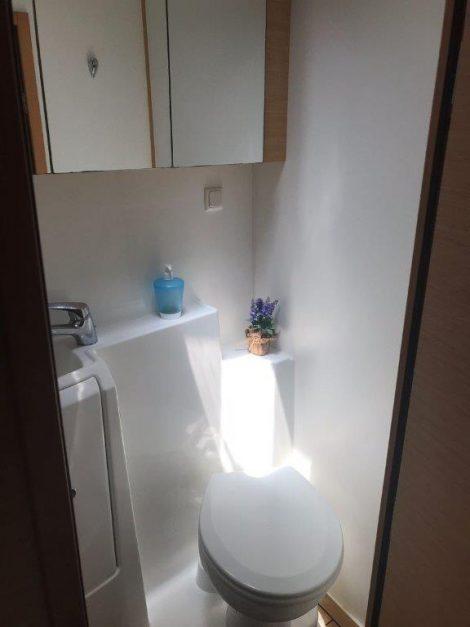 Salle de bain avec toilette et douche séparés dans chaque cabine