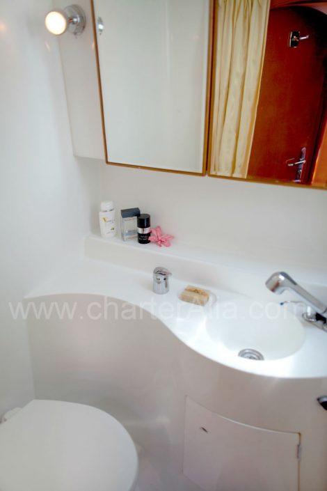 Salle de bain du Lagoon 470 en location avec capitaine au départ d'Ibiza