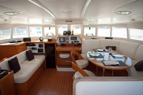 Salon et panneaux de contrôle intérieur du Lagoon 470 à Ibiza