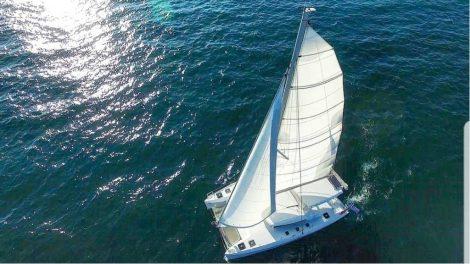 Vue aérienne du Lagoon 420 naviguant entre Formentera et Ibiza