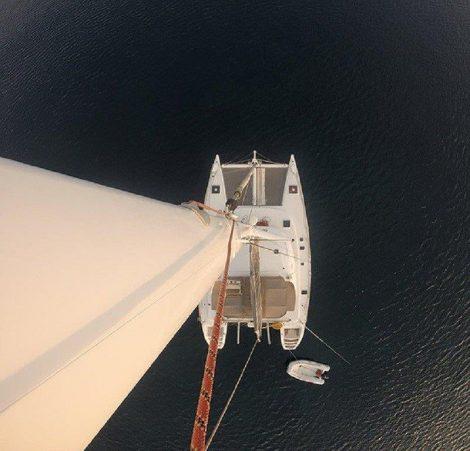 Vue du ciel du catamaran de luxe Lagoon 470