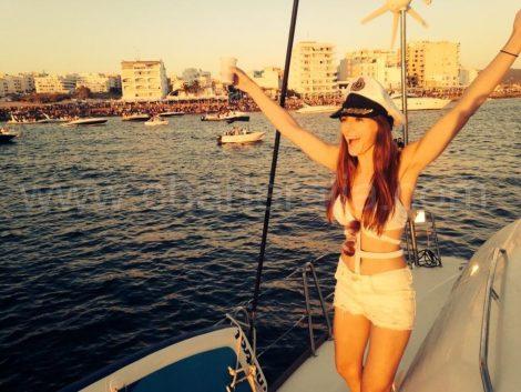 Admirer le coucher de soleil depuis un bateau a Ibiza