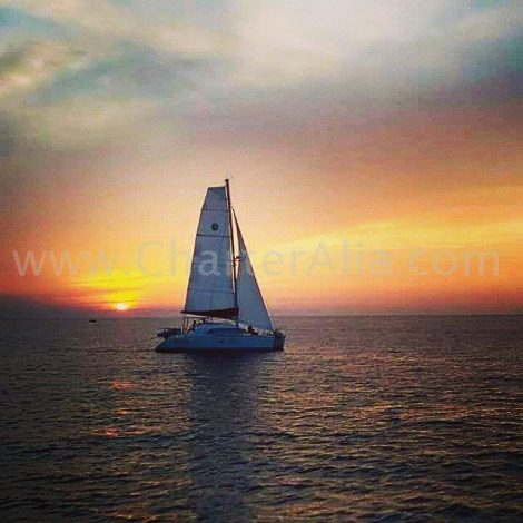 Catamaran Lagoon 380 2018 de CharterAlia naviguant au coucher de soleil