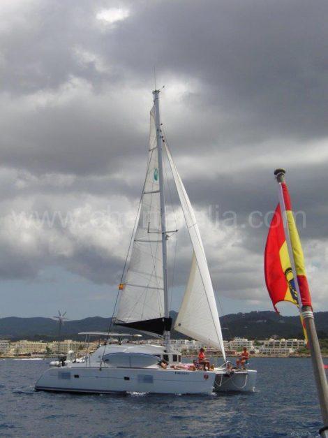 Catamaran lagoon 380 grande voile et genois naviguant dans la baie de san antonio