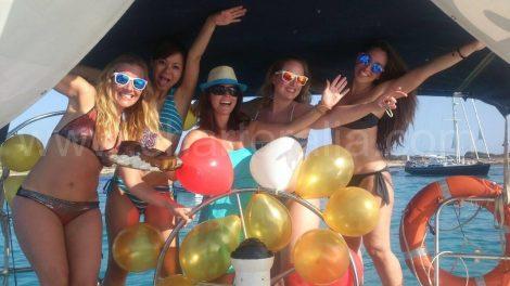 Celebration d un anniversaire en voilier en location a Ibiza