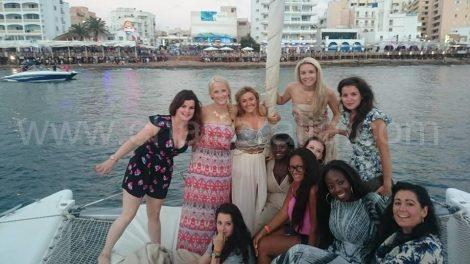 En face du cafe del mar et cafe mambo depuis le bateau a San Antonio a Ibiza