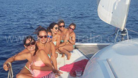 Enterrement de vie de jeune a Ibiza entre amies sur bateau de location san antonio
