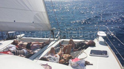 Faire la sieste sur le catamaran en naviguant a ibiza