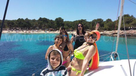 Famille a la plage de calabassa depuis un bateau de la baie de san antonio