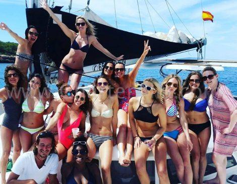 Groupe d'enterrement de vie de jeune fille en catamaran Lagoon 380 en location a Ibiza et Formentera