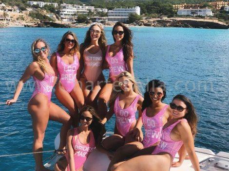 La mariée et ses amies celebrant un enterrement de vie de jeune fille en catamaran a Ibiza