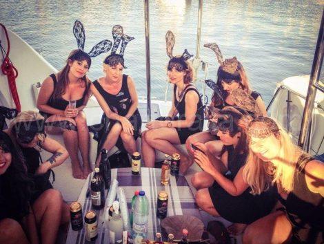 Lapines deguisees pour un enterrement de vie de jeune fille en bateau a Ibiza