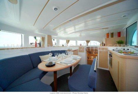 Salon interieur du catamaran Lagoon 380 a 2019 avec cuisine integree