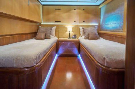 Cabine avec lits jumeaux dans le yacht de location de luxe Mangusta 130 a Ibiza