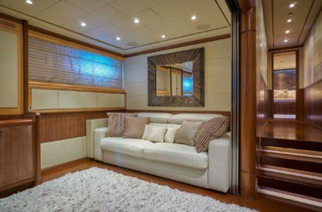 Canape par le couloir des espaces de communication sur le mega yacht en location a Ibiza
