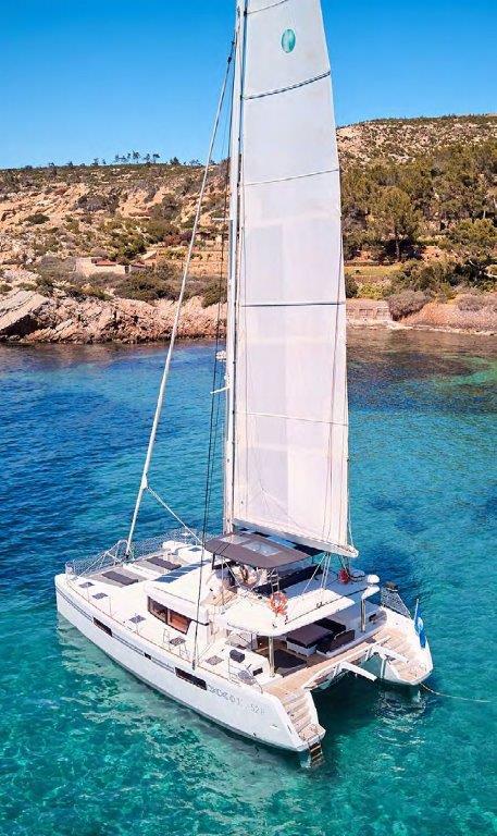 Catamaran a moteur Ibiza Lagoon 52 naviguant sur une eau turquoise