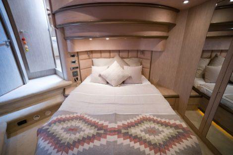 Sunseeker Predator 75 pour charter a ibiza avec cabine double luxe