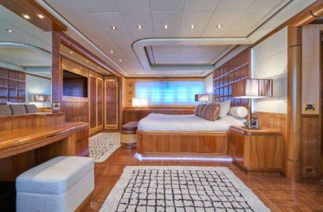 Vue laterale de la cabine principale dans le super yacht Ibiza