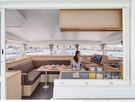 Le salon du catamaran Lagoon 400 vu depuis la terrasse arriere