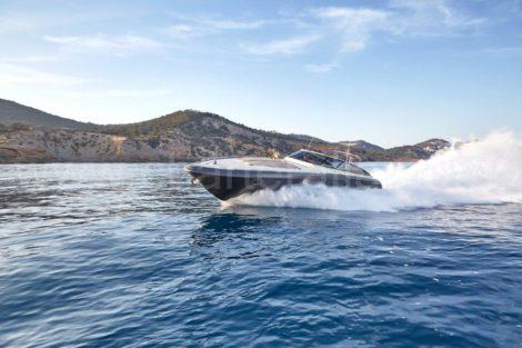 Puissant yacht en location a Ibiza Baia Aqua 54