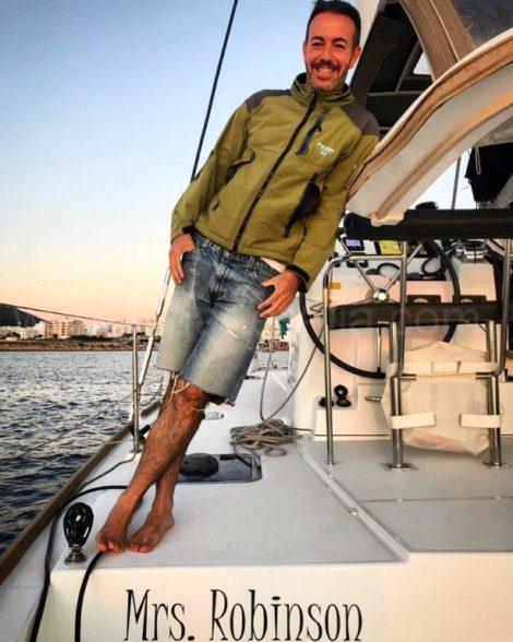 je suis Jose Navas fondateur de CharterAlia et je presente ici a Mme Robinson le catamaran Lagoon 400 de 2018 entierement equipe