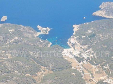 vista drone della spiaggia di Cala Salada a Ibiza