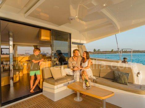 Cabina di guida di un catamarano Lagoon per 42 escursione con il capitano a Ibiza