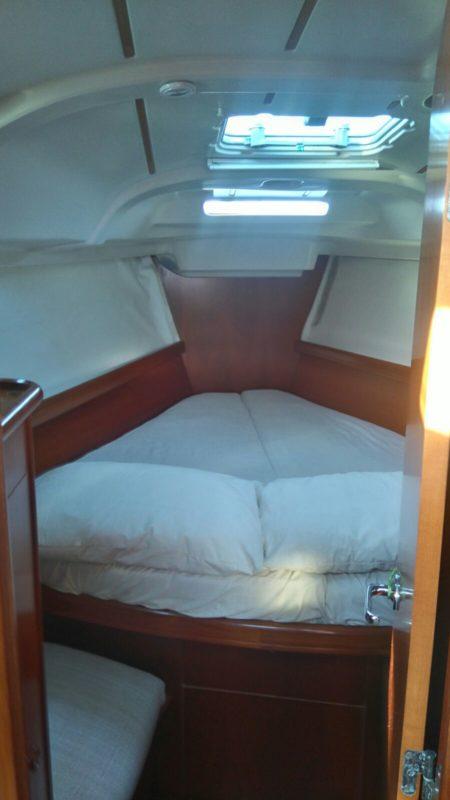 Cabina anteriore della barca a vela Beneteau 383 in affitto a Ibiza e Formentera