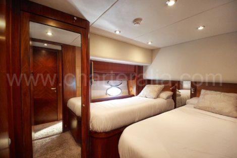 Cabina con letti singoli a Ibiza noleggio yacht Sunseeker 82