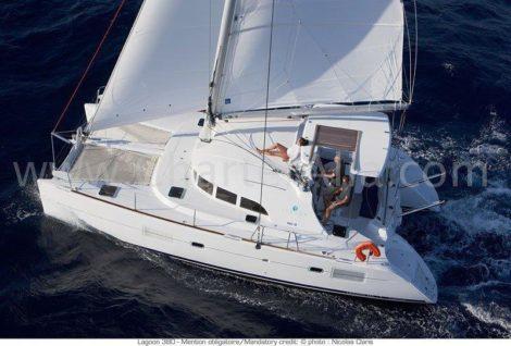 Catamaran 380 Lagoon vela foto aerea