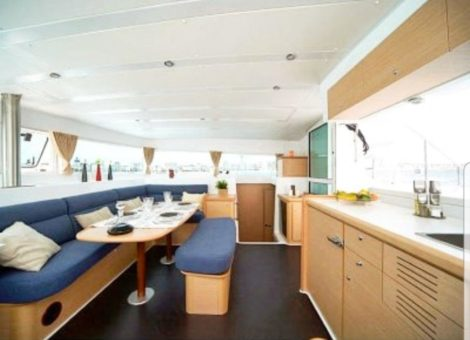 Catamarano interno lounge Lagoon 420 a Ibiza