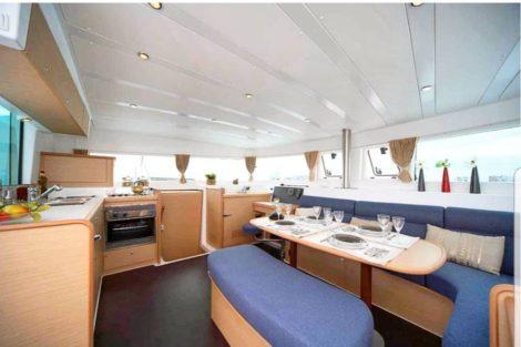 Soggiorno e cucina interna Lagoon 420 nelle isole Baleari