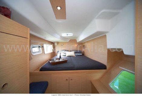 Una delle due cabine di poppa del catamarano Lagoon 380 del 2019
