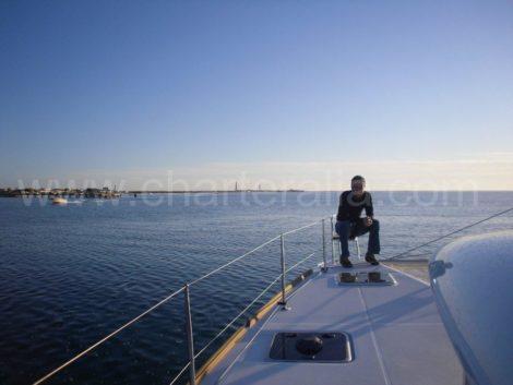 pulpito di catamarano a prua di ibiza