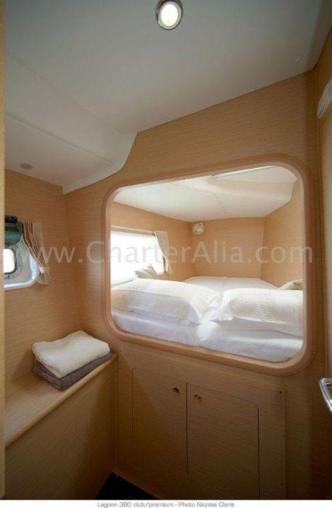 una delle due cabine di prua del catamarano Lagoon 380 del 2019