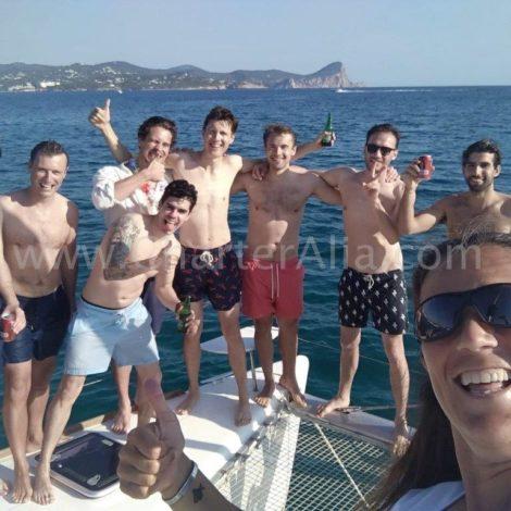Amici in uno degli archi del catamarano Lagoon 380 a Ibiza