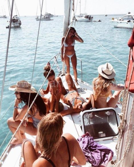 La barca a vela Ibiza per la ragazza fa festa