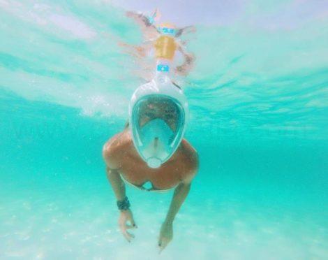 Uno dei nostri clienti sta testando le maschere easybreath che abbiamo incluso in tutte le nostre barche a noleggio a Ibiza.