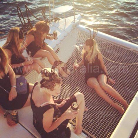 ibiza ragazza fanno le ragazze sulla rete della barca