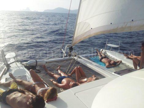 navigando intorno ad Ibiza sul catamarano