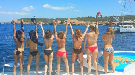 ragazza in topless addio noleggio barche Ibiza