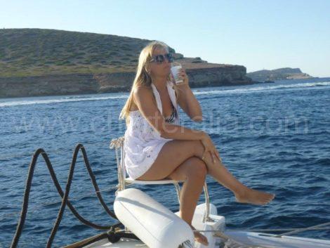 seduto a prua della barca a Es torrents San Antonio