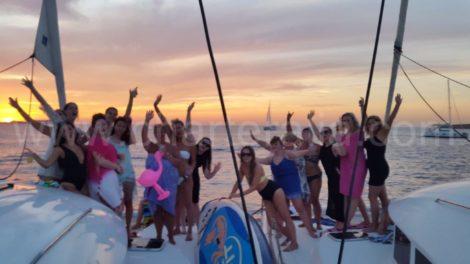 tramonto di fronte a mambo e cafe del mar su due barche a noleggio a Ibiza
