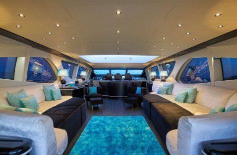 Comodi divani nella zona soggiorno del super yacht a Ibiza