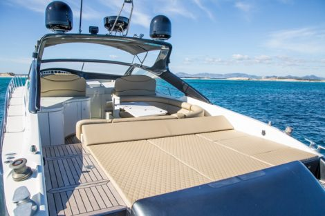 Comodi lettini nello yacht di lusso Alfamarine 60