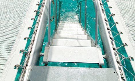 La scalinata verso il paradiso è come ci piace chiamare i gradini che consentiranno a tutti i passeggeri di nuotare nel noleggio di catamarani a Ibiza per 100 persone